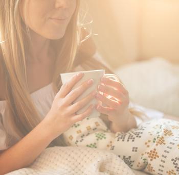 Frau hält Tasse in der Hand