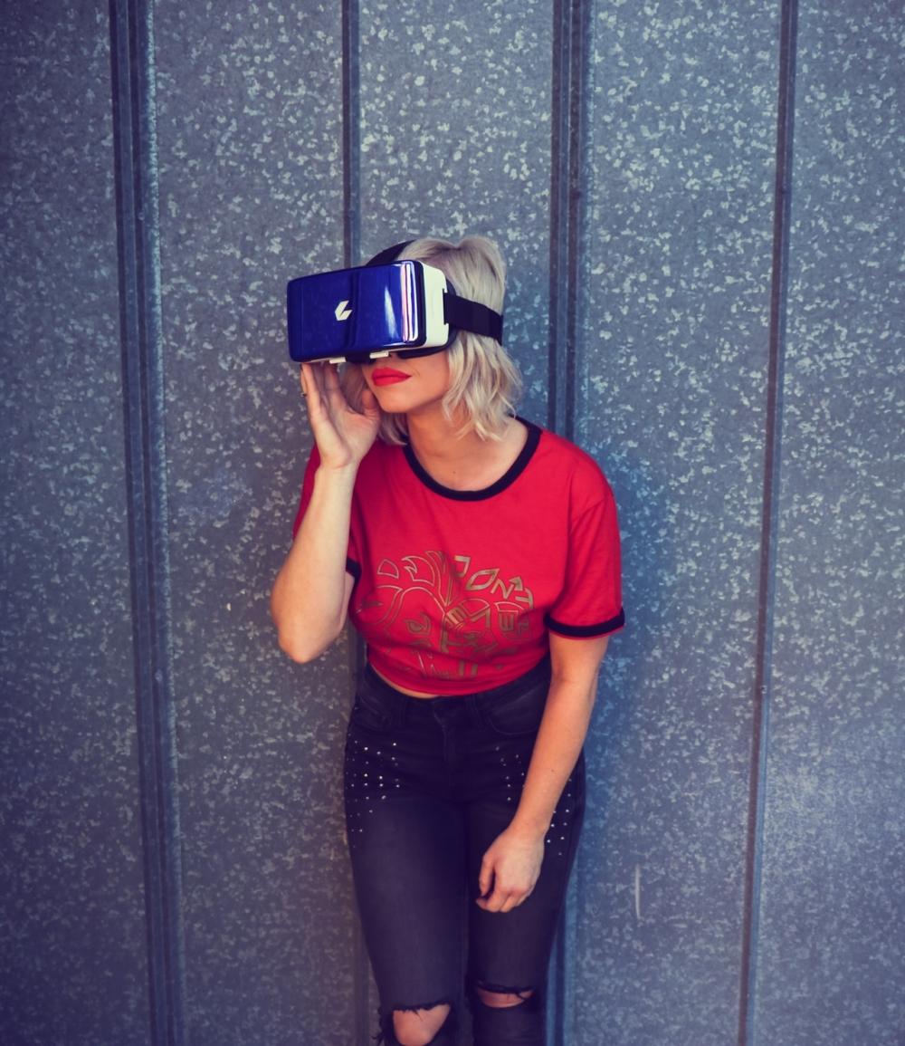 Frau mit Digital-Brille