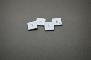 Plättchen mit den Buchstaben SALE