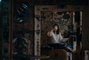 Frau in dunklem Raum