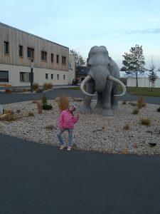Mädchen vor großer Elefant-Plastik in Gröbern