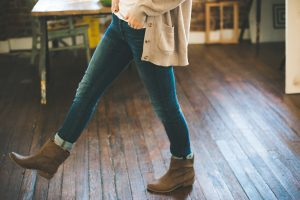 Frau in Jeans und Boots