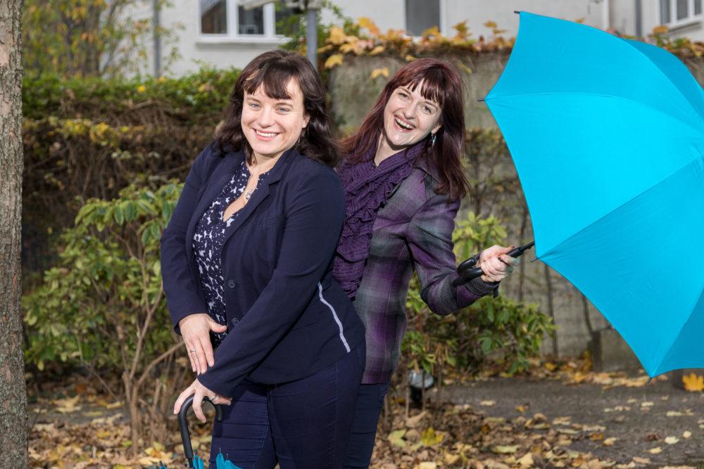 Junge Frauen mit Schirm