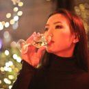 Asiation trinkt Wein