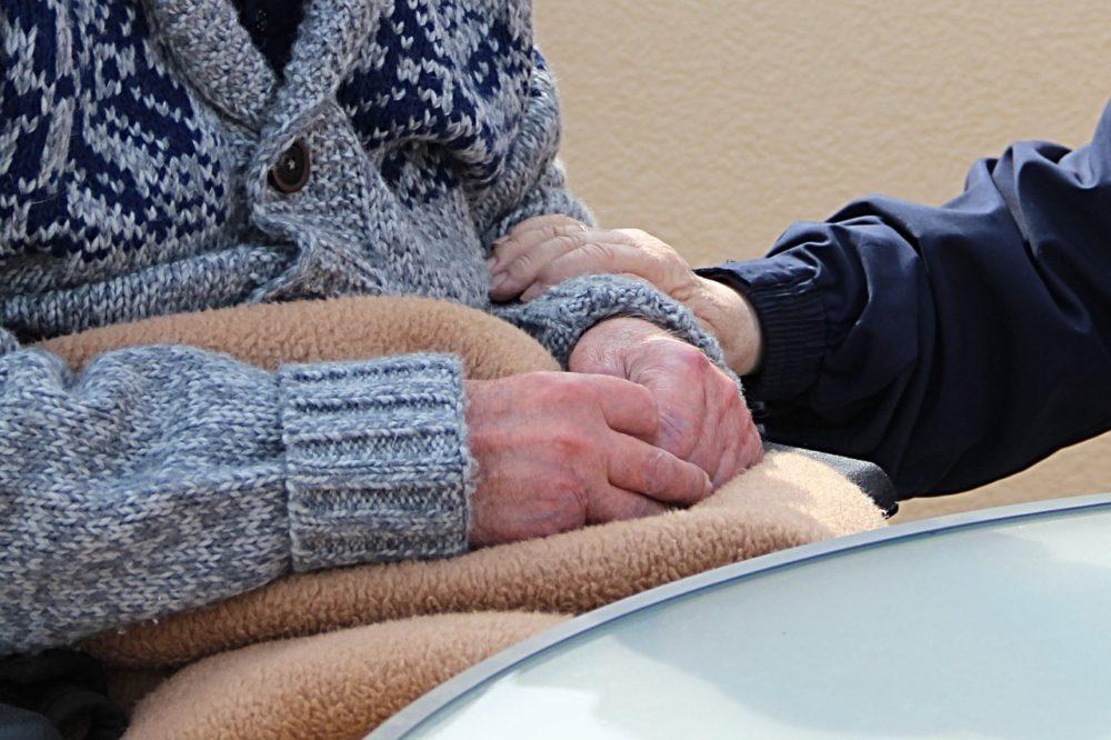 Pflege zwei paar Hände