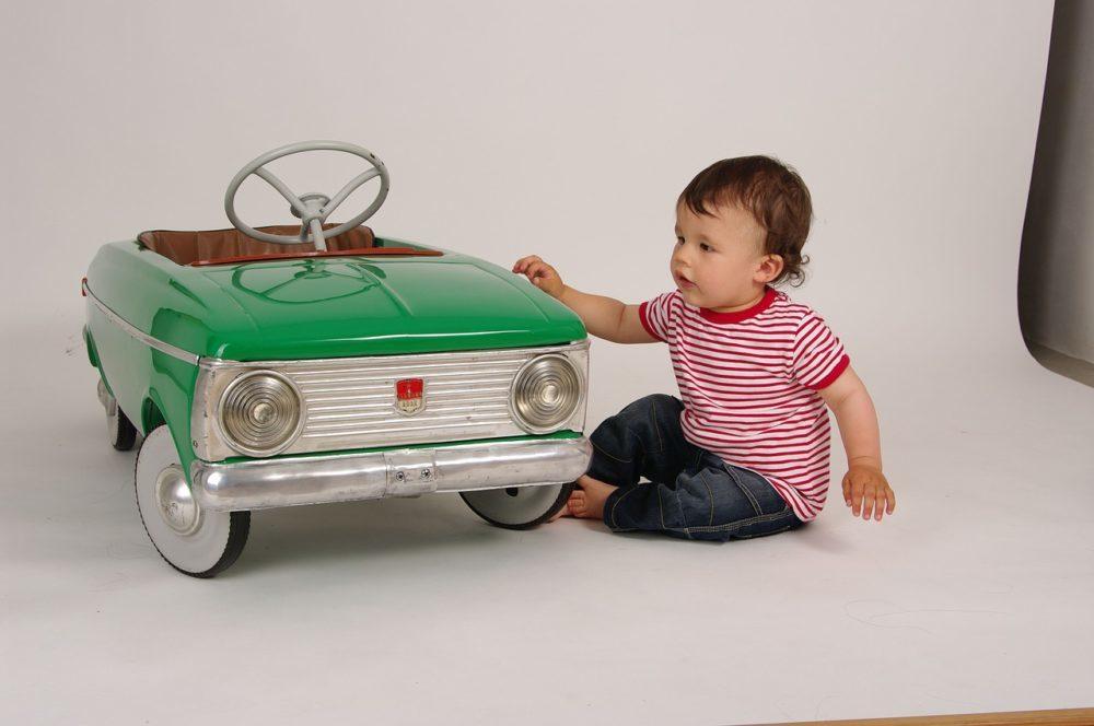 Kind mit Spielzeugauto