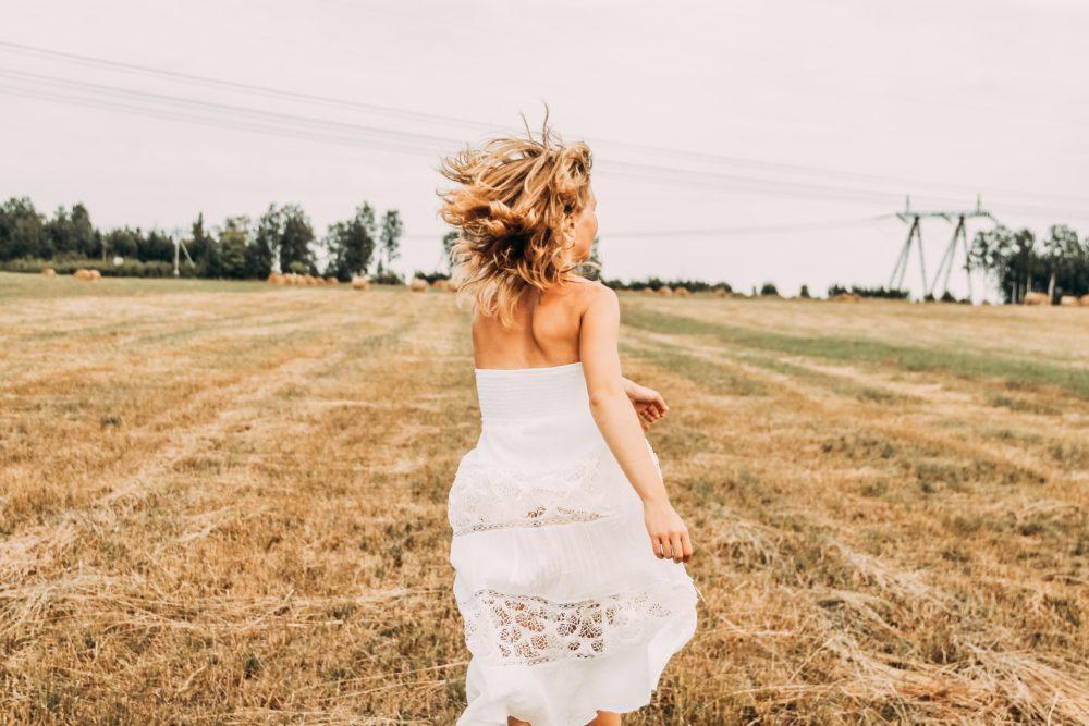 Frau in weißem Kleid