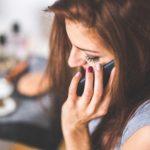 Frau am Telefon - Notruf?