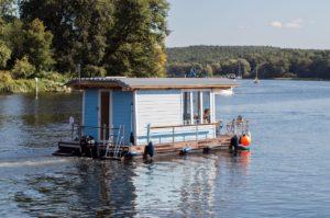 Hausboot auf Fahrt