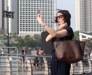 Frau mit Handy - Influencerin?