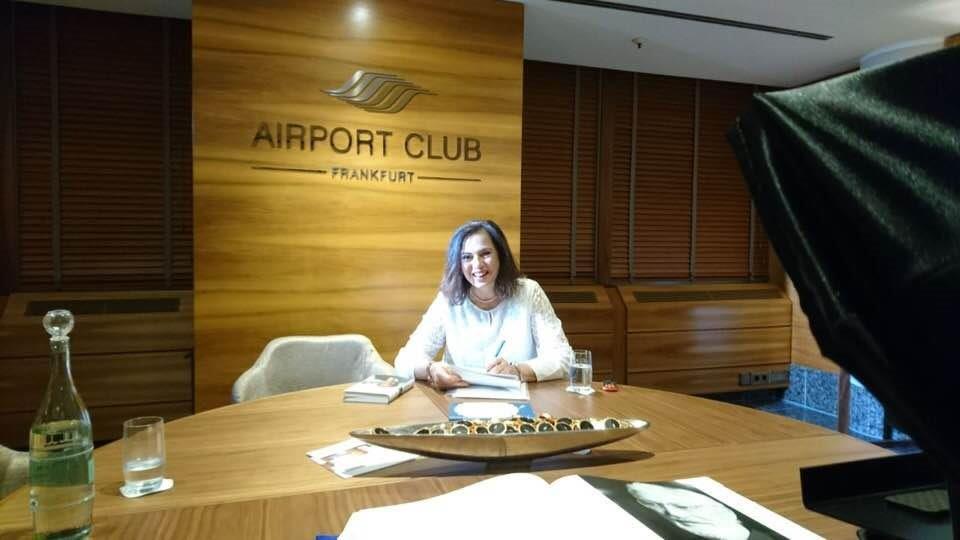 Daniela Gotta in Airportlounge