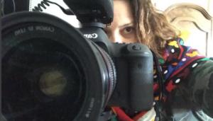 Frau hinter Kamera