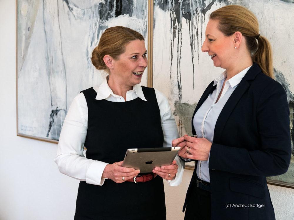 Zwei Anwältinnen