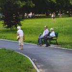 Seniorin im Park