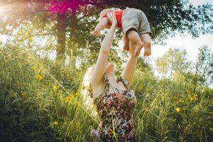 Frau mit Kind auf dem Arm.
