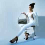 Frau mit modischer Tasche