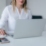 Frau am Laptop
