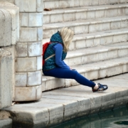 Frau sitzt auf Treppe