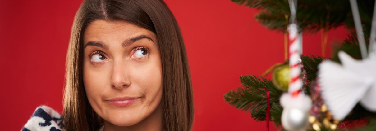 Frau am Weihnachtsbaum