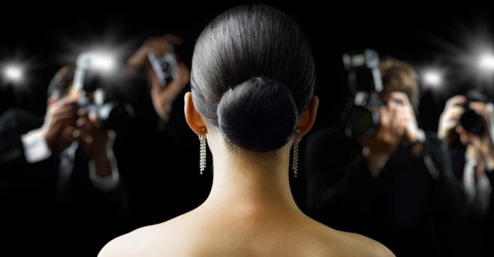 Frau vor Kameras
